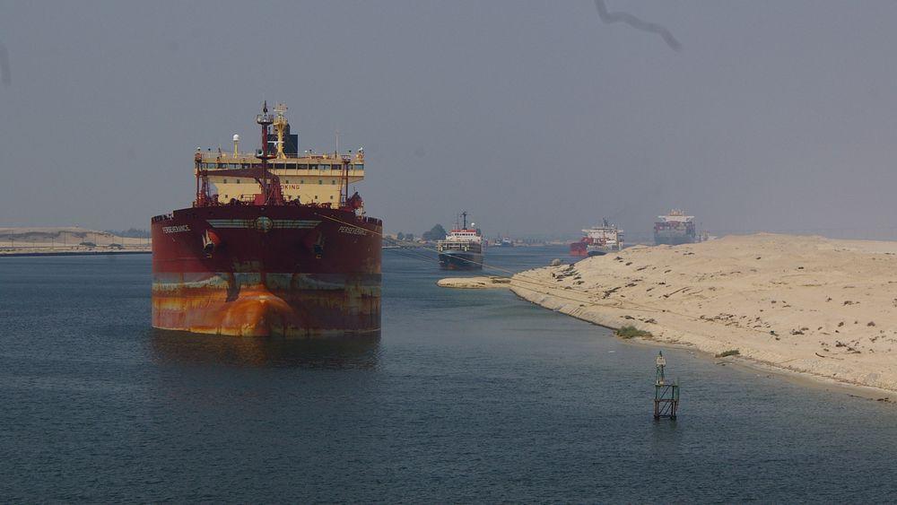I 2015 ble Suez-kanalen utvidet slik at kapasiteten er nær doblet.  Fra  1. januar 2020 kan ingen skip bruke åpne eksosvaskesystemer og slippe ut lavsvovelsyre i kanalen. De må skiftet til lavsvoveldrivstoff.