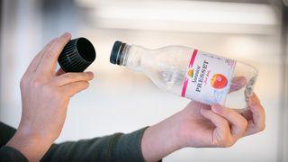 Dobbel plastkork på juiceflaske provoserer: – Som å pakke dritt inn i sølvpapir og kalle det konfekt
