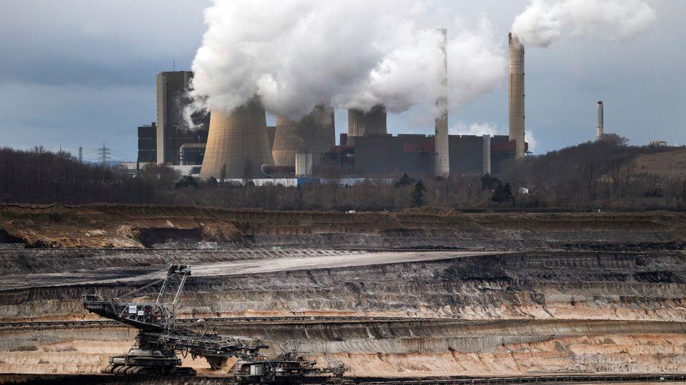 De kullproduserende delstatene i Tyskland har blitt enige med regjeringen om en tidslinje for avvikling av kullkraftproduksjonen. Her fra utvinning av brunkull fra en gruve i Schophoven Nordrhein-Westfalen. Kullkraftverket Weisweiler ses bakgrunnen.