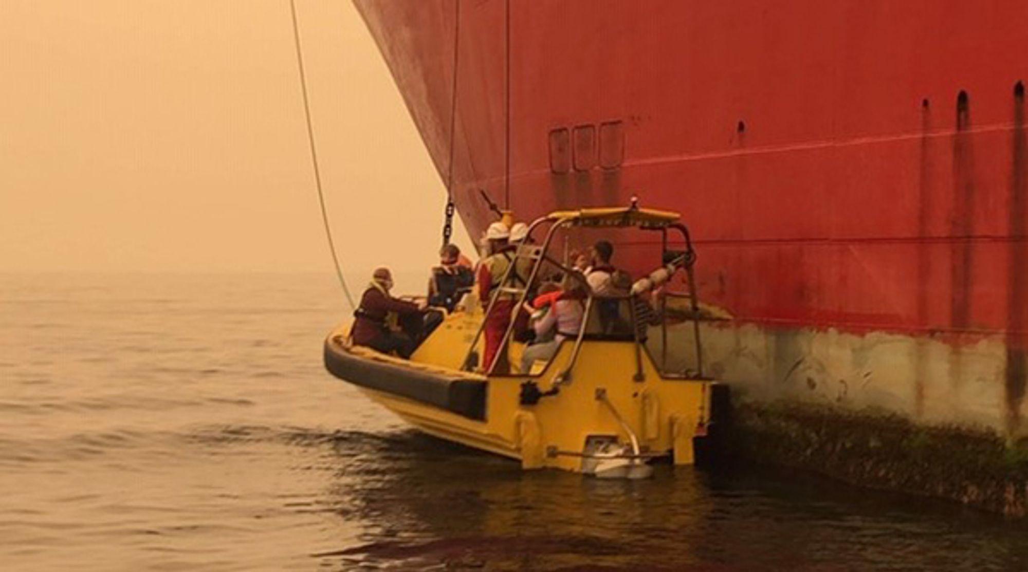 En familie bringes om bord i ett av ankerhåndteringsskipene.