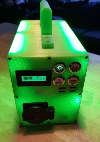 En av Barlis hjemmelagde kreasjoner: Portabel strømkilde med lys og uttak for både USB, 12 og 230 volt.