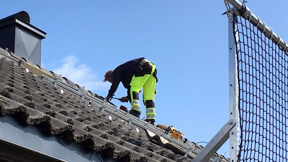 Nettet fanger: Om ulykken skulle være ute, vil en arbeider på taket bli fanget av nettet som holdes oppe av to solide aluminiumsstolper.