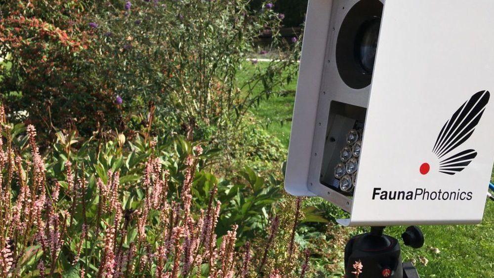 I bedriften FaunaPhotonics har fysikere og agronomer gått sammen om å skape en løsning hvor to typer infrarødt lys blir sendt ut foran en sensor på åkrene.