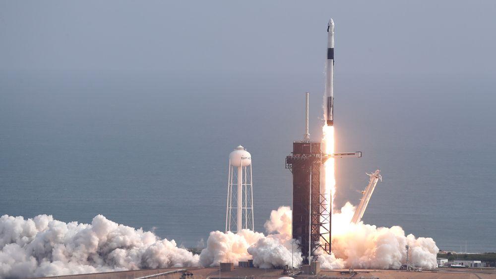 En Falcon 9-rakett fra selskapet SpaceX tar av fra Cape Canaveral. Formålet med turen var å teste nødsystemet på den nye romkapselen Crew Dragon, som i løpet av få måneder skal fly astronauter til Den internasjonale romstasjonen (ISS).