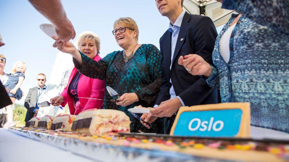 I august 2015 delte statsminister Erna Solberg, venstreleder Trine Skei Grande, daværende KRF-leder Knut Arild Hareide og FRP-leder Siv Jensen ut kake i forbindelse med at regjeringen begynte planlegging av ny Ringeriksbane.