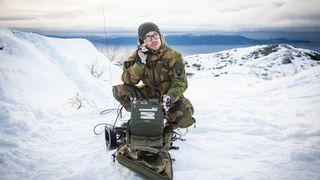 Bruk av kortbølgeradio under en sambandsøvelse i Trøndelag i regi av Cyberforsvarets våpenskole, november 2019.