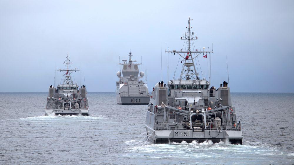 Minesveiperne KNM Otra og KNM Rauma skal levetidsforlenges slik at de kan være i drift utover 2025. Her er de sammen med fregatten KNM Roald Amundsen utenfor Tromsø.
