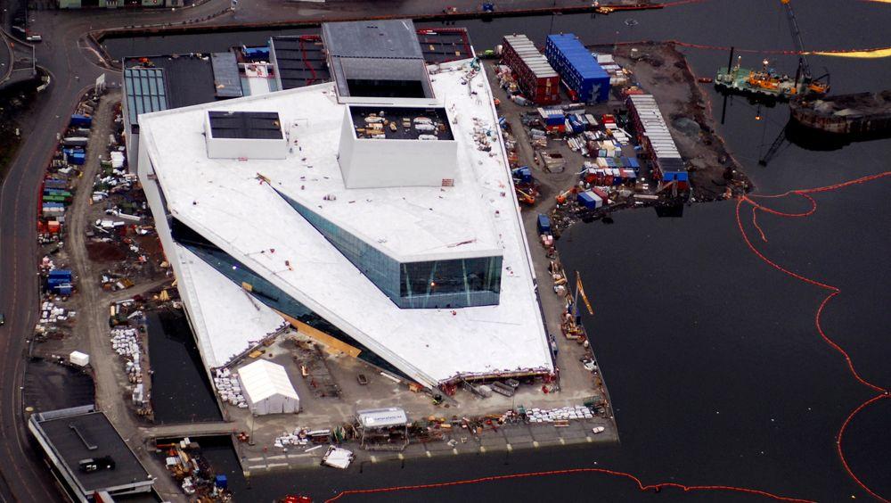 Lengre levetid reduserer utslipp. Operabygget er prosjektert og bygget for lengre levetid enn de fleste bygg. For fundamenteringen krevde Statsbygg 300 år. Bildet er fra 2006, i byggefasen.