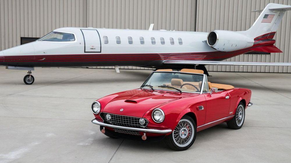 Spider America EV er en klassisk roadster, men med elektrisk hjerte.  Prisen matcher privatflyet i bakgrunnen.