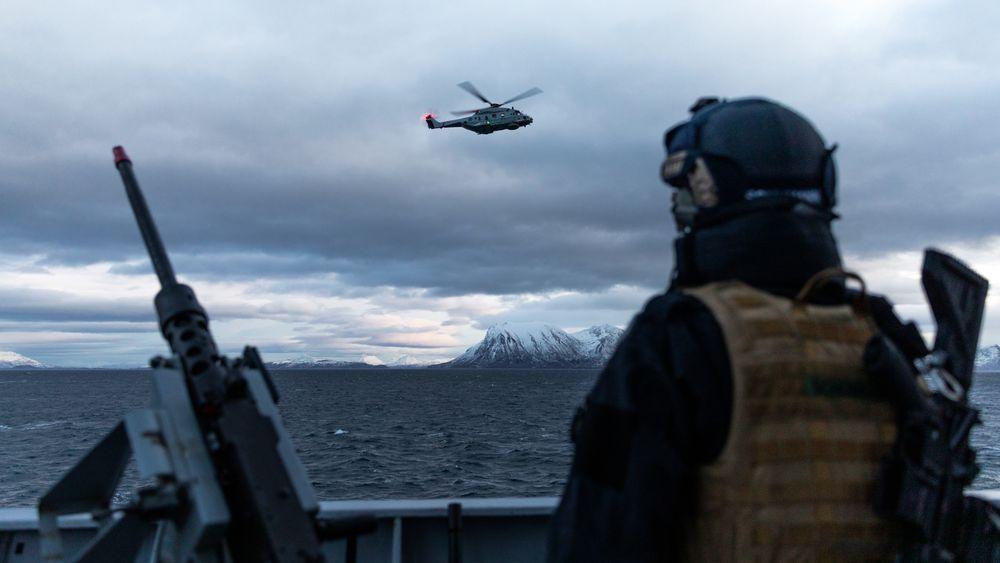 Et NH90-helikopter sett fra fregatten KNM Thor Heyerdahl under Flotex i november 2019.