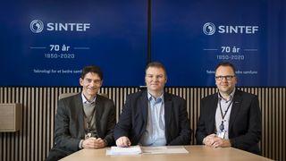 Nye partnere (fra v. ) visekonserndirektør Reidar Bye i Sintef, Sopra Sterias direktør for digitale plattformtjenester Odd Inge Bjørdal og Sintefs IT-sjef Snorre Ness.