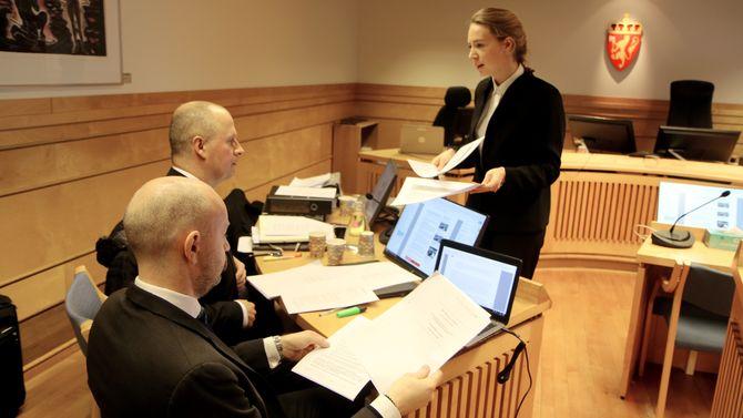Advokatfullmektig Hanne Inger Bjurstrøm Jahren fra Regjeringsadvokaten deler ut sakspapirer til motparten. Til venstre partshjelper, advokat Einar Brunes fra PBL.
