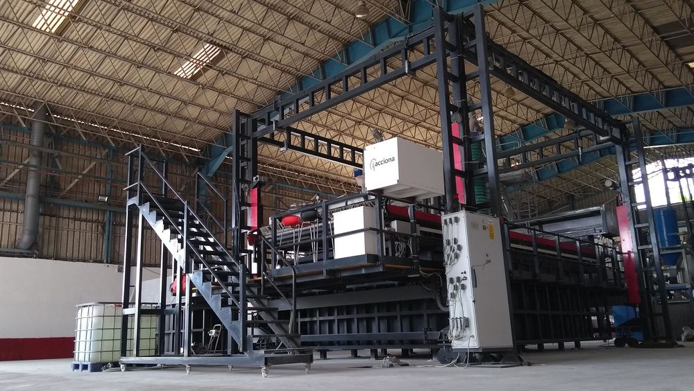 Den rekordstore printeren står i et lagerlokale i Dubai.