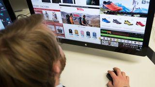 Illustrasjonsbilde av mann som surfer på nettbutikker.