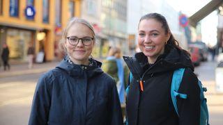 Geofagstudenter Chatrine Gremmertsen og Ingrid Liplass utendørs i Oslo sentrum.