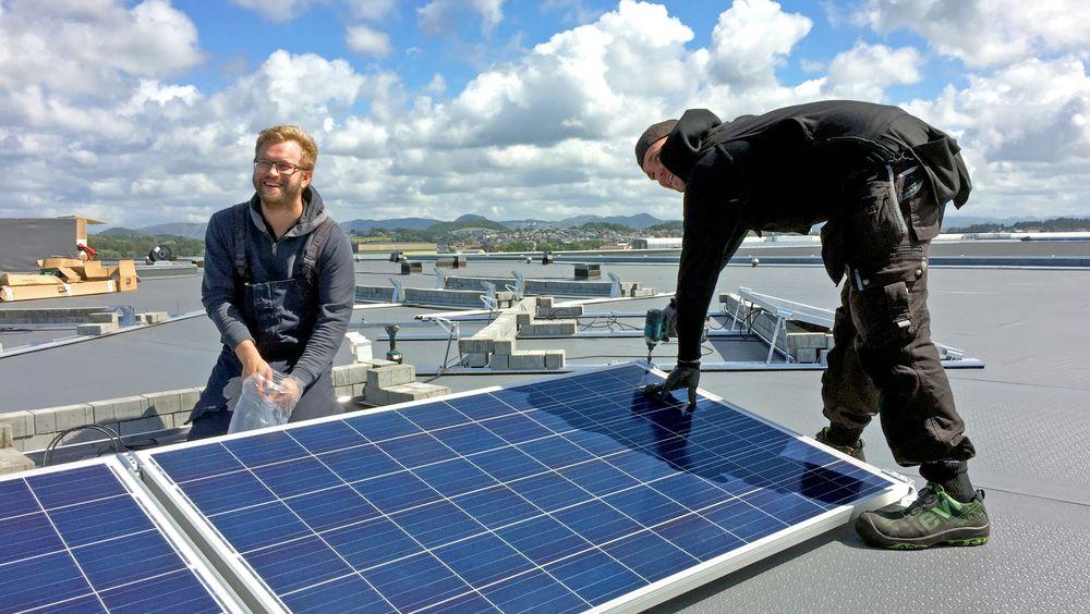 Solceller: Sola lufthavn har allerede eksperimentert med ulike solcellepanel på taket av parkeringshuset. Stavanger lufthavn Sola vil produsere 1,5 millioner kWh solstrøm fra 2020.