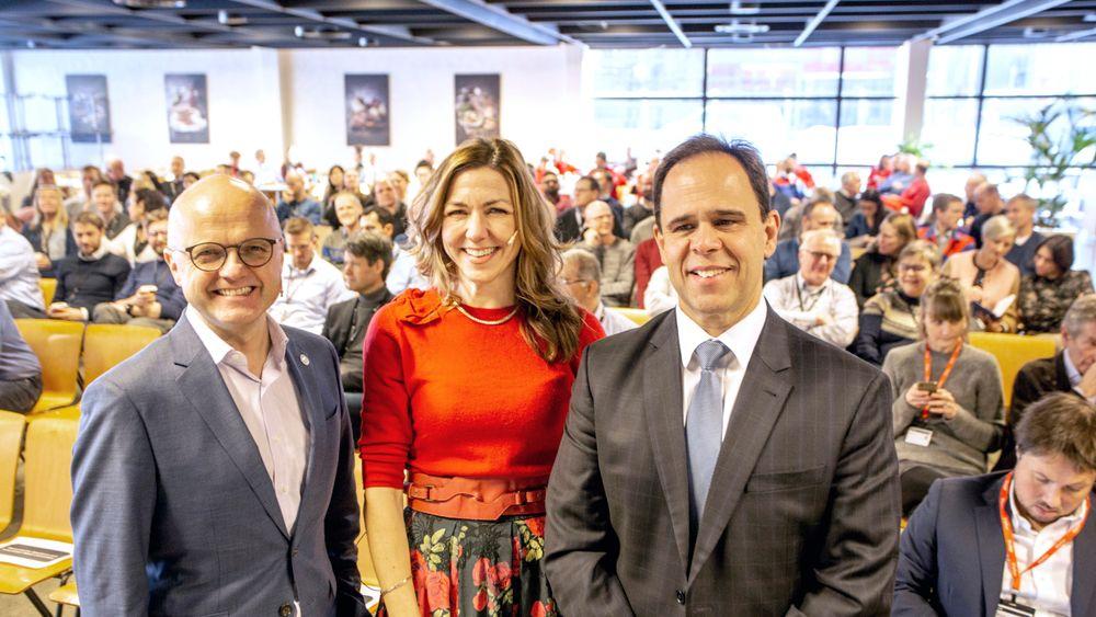 Innovasjonssenter: Konsernsjef Luis Araujo (t.h.)  i Aker Solutions hadde invitert Vidar Helgesen som er regjeringens representant i FNs havpanel og Thina Saltvedt, analytiker for bærekraftig finansiering i Nordea til sitt nye innovasjonssenter.