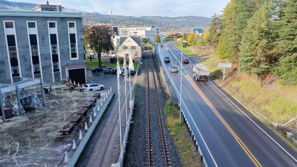Da man sluttet å kjøre dieseldrevne tog på strekningen i 2014 sluttet togene å gå til det siste stoppet på Notodden. Nå skal strekket på 800 meter elektrifiseres.