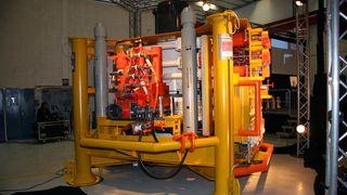 Det jobber 630 ansatte i Tranby. Nå flytter Aker Solutions produksjonen av «juletrær» ut av landet