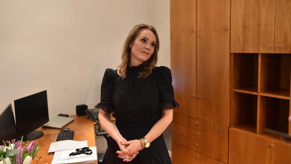 Her er distrikts- og digitaliseringsminister Linda Hofstad Helleland i forbindelse med nøkkeloverrekkelsen til statsrådkontoret.