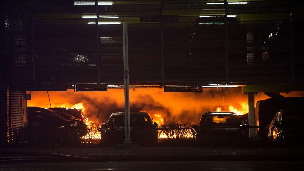 Deler av Sola p-hus  kollapset 7. januar som følge av brannen som startet med røykutvikling i en eldre Opel Zafira.