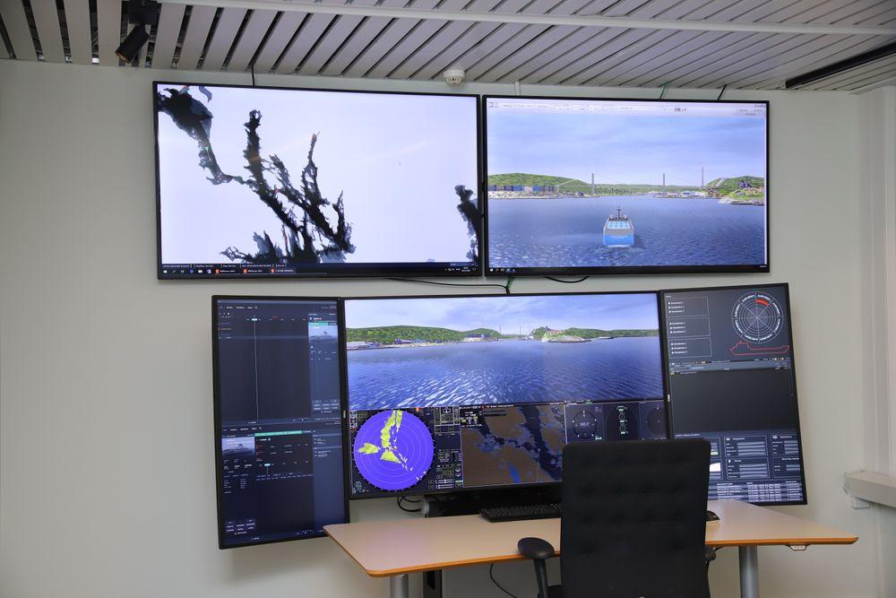 Hovedkontrollen for autonome skip. På skjermene er det simulator for ulik informasjon om seilasen Yara Birkeland skal gjøre.