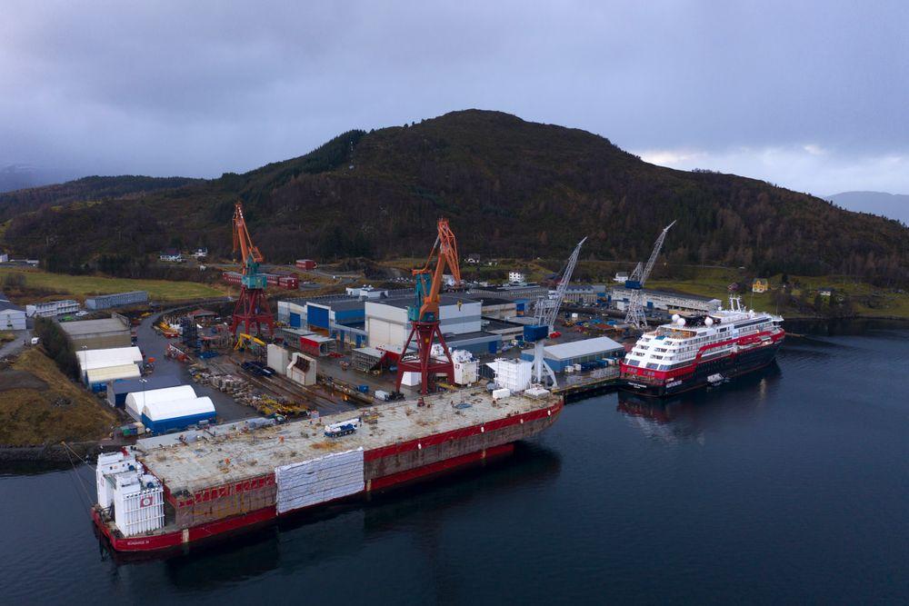 BOA Barge 33 ligger oppå BOA Barge 36. BOA 33 skal bygges om for et større oppdrag.  Bildet er tatt rett før Hurtigrutens  MS Fridtjof Nansen forlot Kleven for å begynne sine arktiske ekspedisjoner.