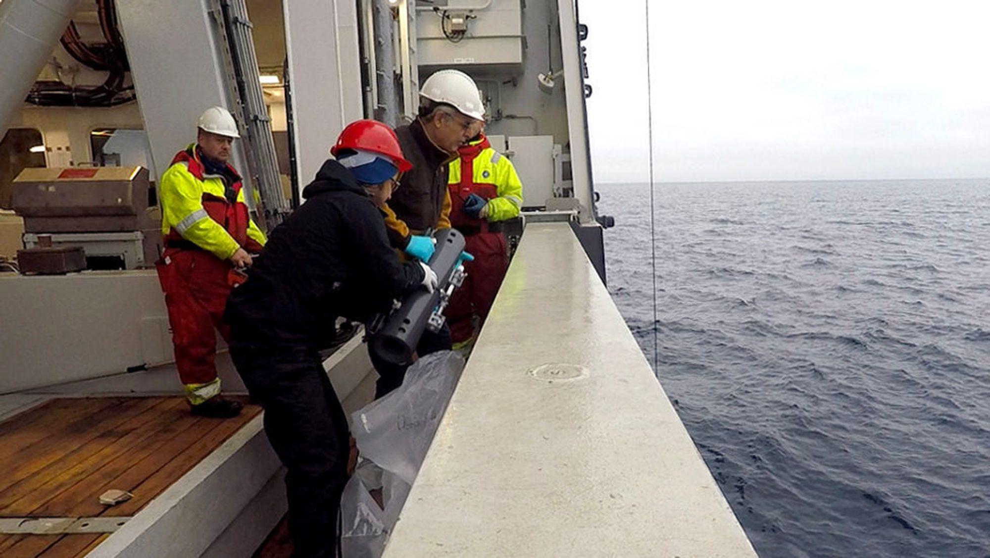 Mange forskere fra mange fagområder deltar i det store prosjektet - som pågår over en seksårsperiode. På bildet hentes vannprøver for å kartlegge tungmetaller i havet.