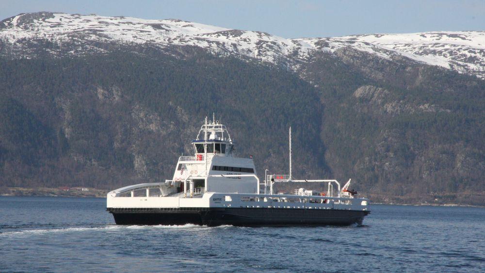 Batterifergen Ampere krysser Sognefjorden på E39 Lavik-Oppedal. Nå vil Senterpartiet at staten hjelper fylkeskommunene så lokalbefolkninga ikke må ta hele regninga for utslippsfrie ferger og hurtigbåter.