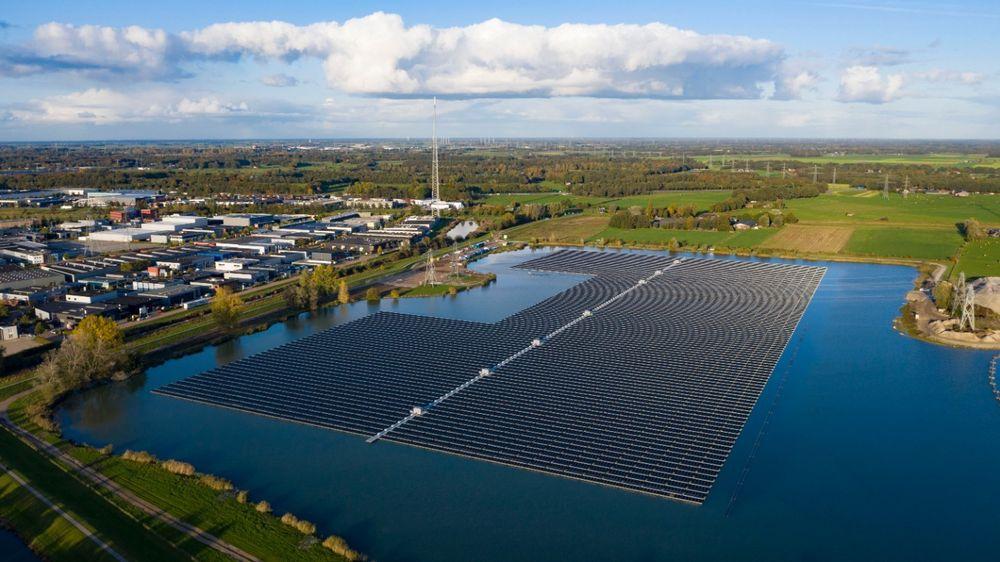 Sekdoorn flytende solkraftverk i Nederland nær byen Zwolle har en toppeffekt på 14,5 MW, nok til 4000 husholdninger. Anlegget ble installert på seks uker. Det består av 40.000 paneler