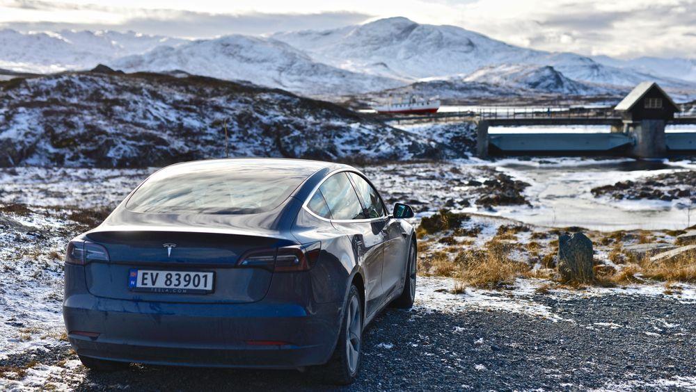 Får du lavere rekkevidde etter programvareoppdateringer, dekkes ikke det lengre i nye Teslaer. Bildet viser Tesla Model 3 SR+ på Bygdin.