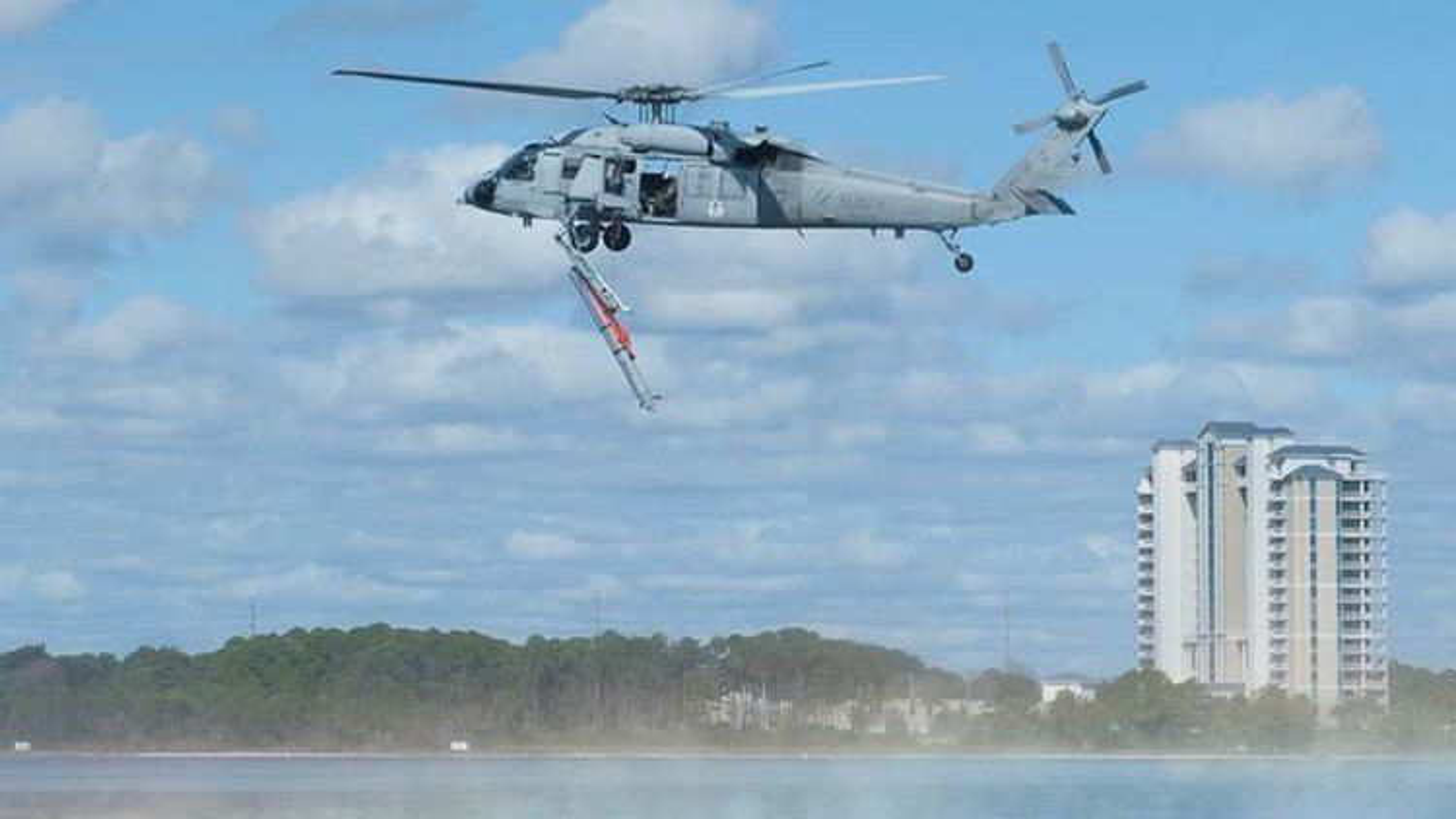 En Remus 600 (Mk 18 mod 2) slippes fra et MH-60S Seahawk under en øvelse i Florida.