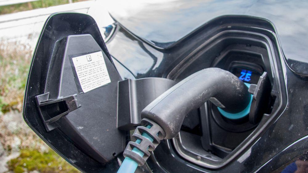Renault forsker på fremtidens lademetoder for elbil. Én av dem er dynamisk lading i motorveishastighet.
