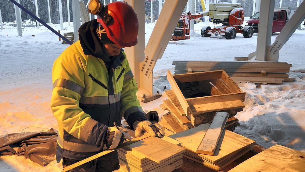 Lærling i aksjon på byggeplass. Arkivfotof fra byggingen av Facebooks datasenter i Luleå.