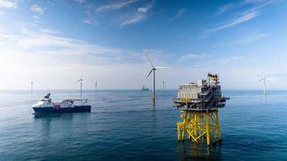 Equinors Dudgeon Offshore Wind Farm vindmølleanlegg  ved kysten av Norfolk.