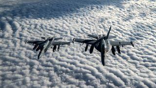 USA flyr to ubemannede jagerfly som kontrolleres av piloten i et tredje