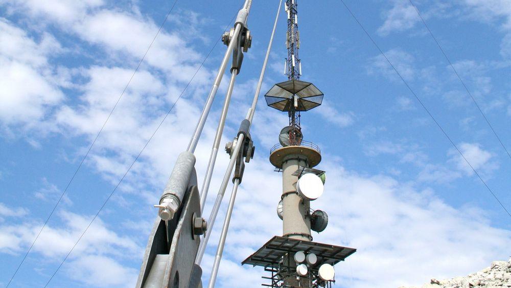 TV-masta over Bremanger blir forstyrret av vindmøller i nærheten. Nå gir NVE kraftselskapet frist til å ordne opp.
