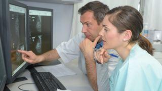 Lege og sykepleier studerer MR-bilder.