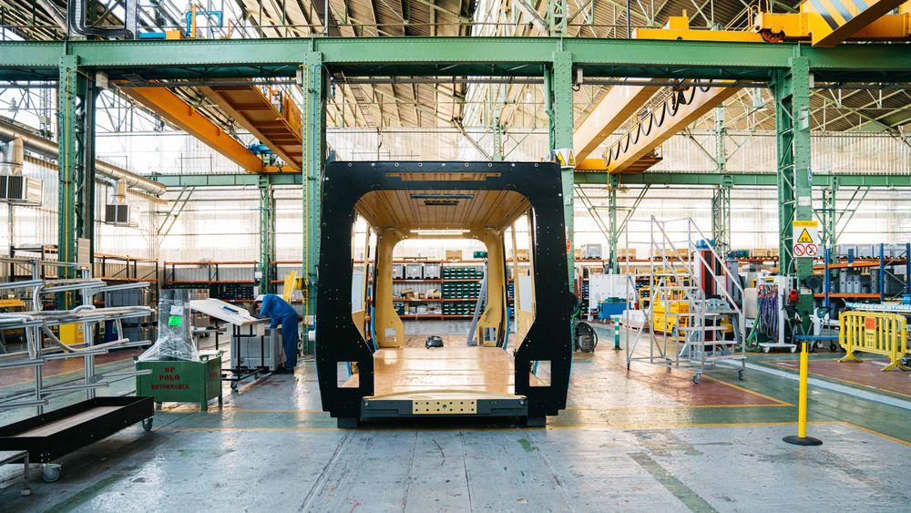 Første vognkasse er under produksjon på fabrikken i Spania, men nå vet ingen når den kommer til Norge.