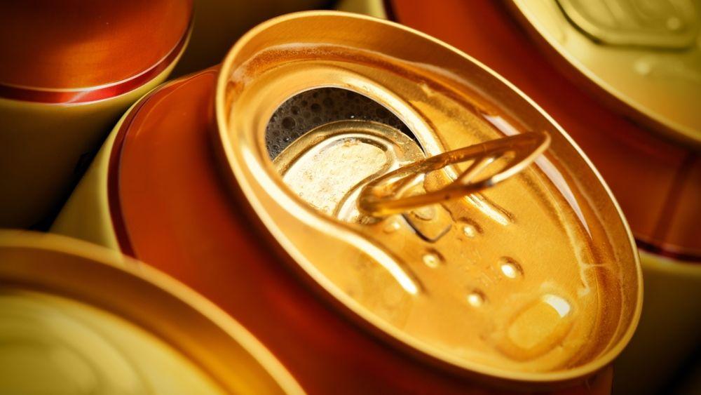 Bryggeriene begynte å gå over til aluminium sent på 1950-tallet. De første boksene veide 85 gram. I 2011 var vekten 12,75 gram. En ytterligere reduksjon kom da man rekonstruerte boksen, og nå klarer seg med bare to deler – topplokket og resten.