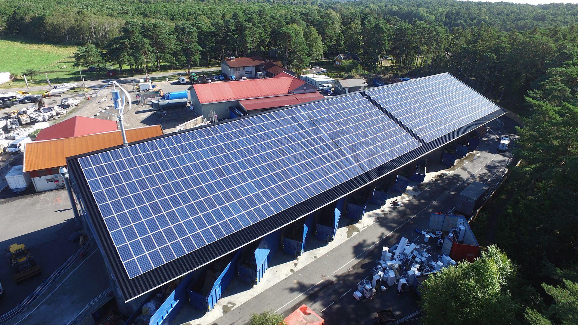 På taket ved Sandbakken Miljøstasjon på Hvaler har Solcellespesialisten installert både solceller og vindturbin.