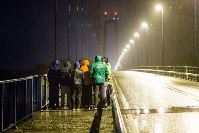 Henrik Mundal Andreassen stakk av med Journalistprisen for bildet «Døden på Stordabrua». Bildet ble tatt etter den tragiske dødsulykken på Stordabrua i desember, da kollegaene til den omkomne var samlet for en minnestund på brua.