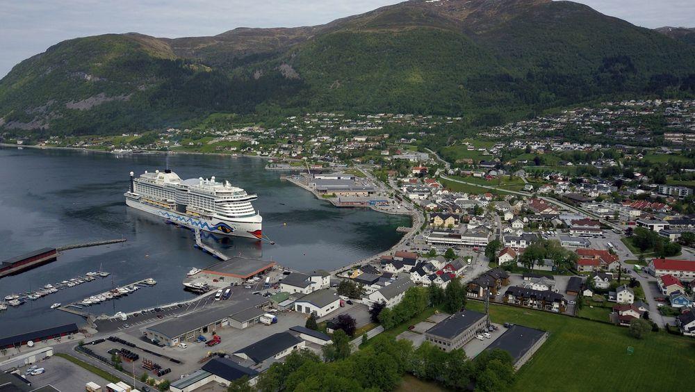 Her ligger det 125.600 bruttotonn store cruiseskipet AIDAperla ved den flytende og justerbare gangbroen til SeaWalk Nordfjord, som ble lagt ut i 2018 og satt i drift året etter. Plug AS jobber nå med å integrere landstrøm til denne løsningen.