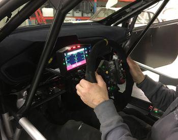 Gass og brems er fremdeles pedalbasert. Ellers skjer det meste fra PlayStation-ratte