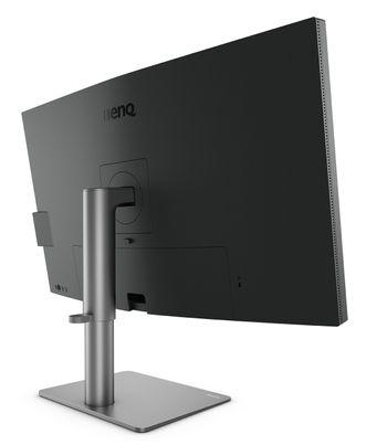 Benq PD3220U har en robust skjermfot som kan heves og senkes. Et deksel dekker over skjermkontaktene på baksiden.