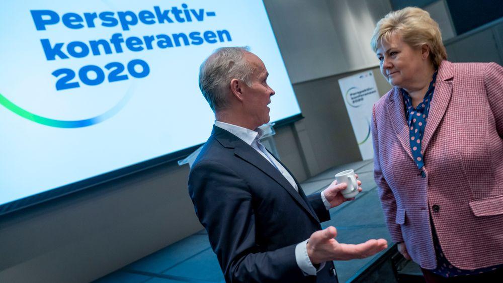 Statsminister Erna Solberg (H) og finansminister Jan Tore Sanner (H) i samtale på regjeringspartienes perspektivkonferanse.
