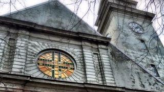 Det er krevende å få nett til å funke i et 100 år gammelt kirkebygg. Heldigvis kan noen løse det for deg
