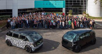 Canoos ansatte og bilene de har vist frem basert på plattformen de har utviklet.
