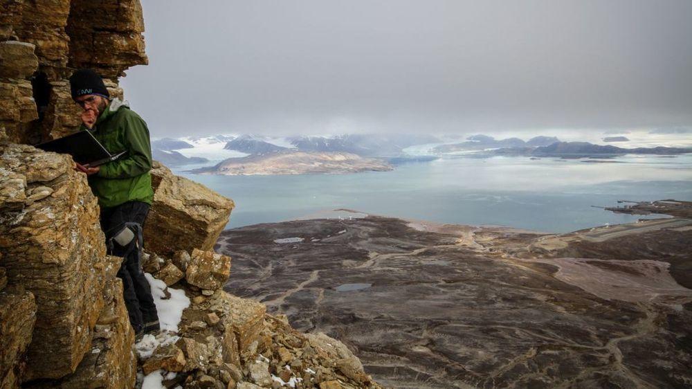 Å studere permafrost på fjerntliggende steder er utfordrende. Her måler Jaroslav Obu temperaturer i en fjellside i Ny-Ålesund på Svalbard. Permafrost kan også observeres ved hjelp av satellitter og permafrost-modeller.