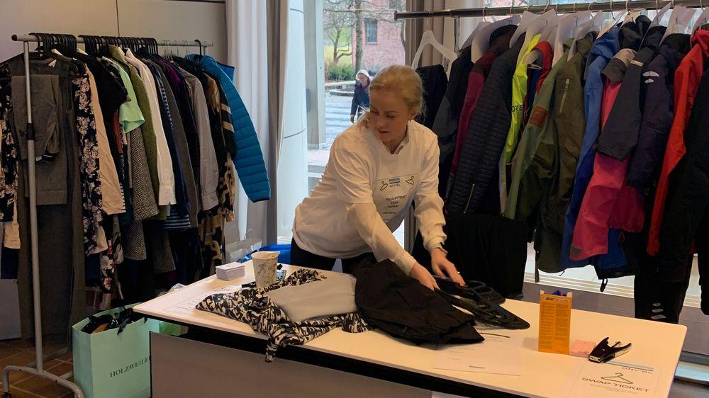 Christine Krugerød i DNV GL tar imot klær som ble levert inn til byttedagen.